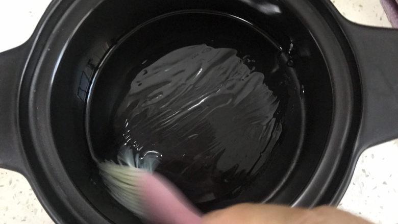 豉汁排骨煲仔饭,砂锅刷油
