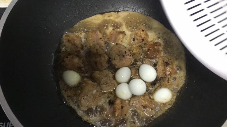 豉汁排骨煲仔饭,加少许水下入鹌鹑蛋,煮至鹌鹑蛋上色入味