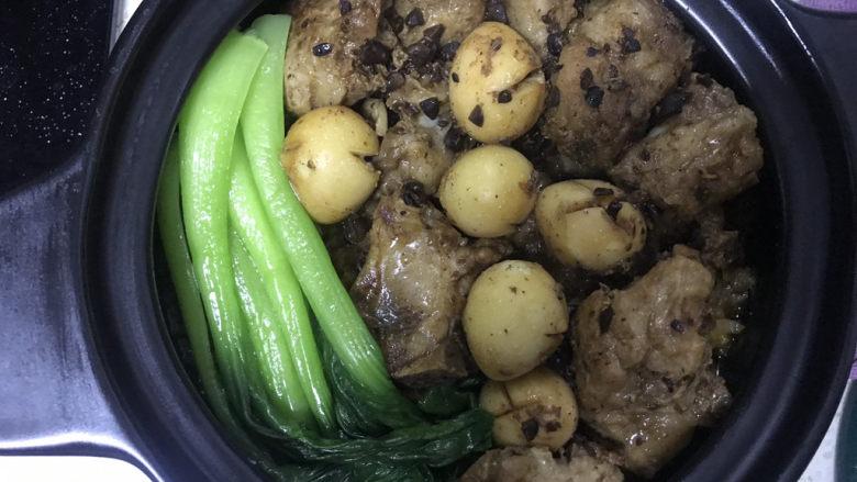 豉汁排骨煲仔饭,焖好后,把青菜放入砂锅里