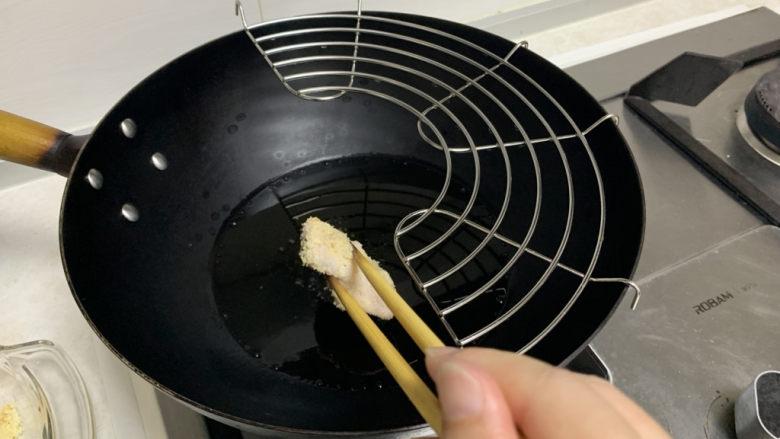 蛋黄焗鸡翅,锅里放入适量的油,油热后逐个放入翅中,炸至金黄色捞出