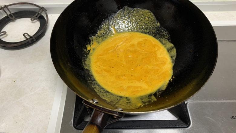 蛋黄焗鸡翅,炒至金黄色冒泡,倒入翅中