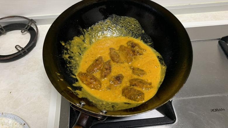 蛋黄焗鸡翅,翻炒均匀即可出锅