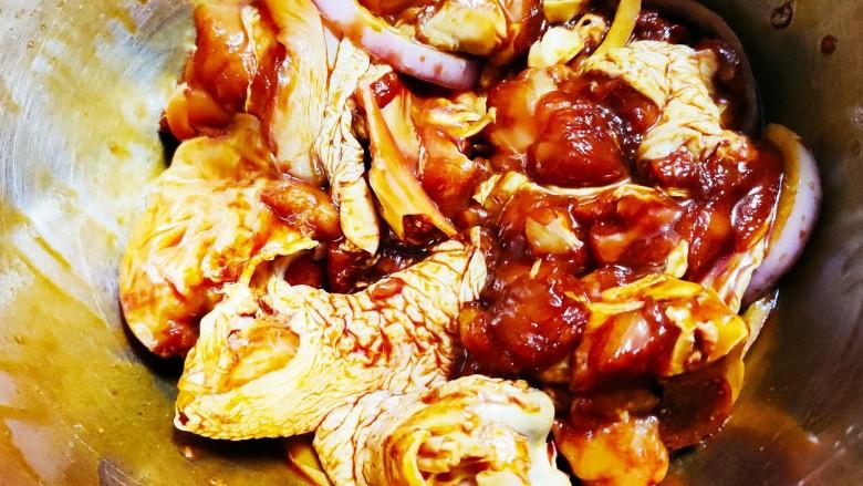 香菇滑鸡煲仔饭,搅拌均匀放入冰箱腌制20分钟