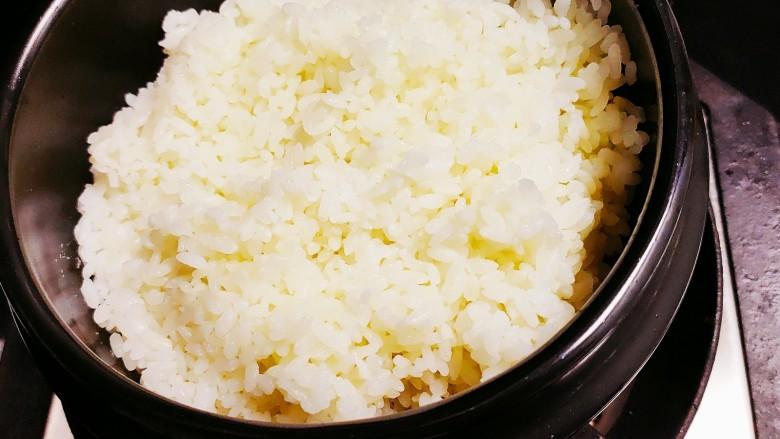 香菇滑鸡煲仔饭,油热后放上米饭