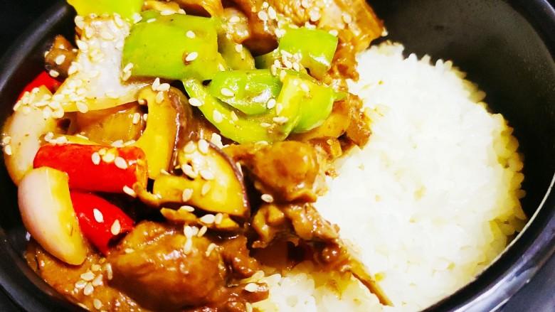 香菇滑鸡煲仔饭,小火慢蒸,煮至边缘有锅巴即可出锅