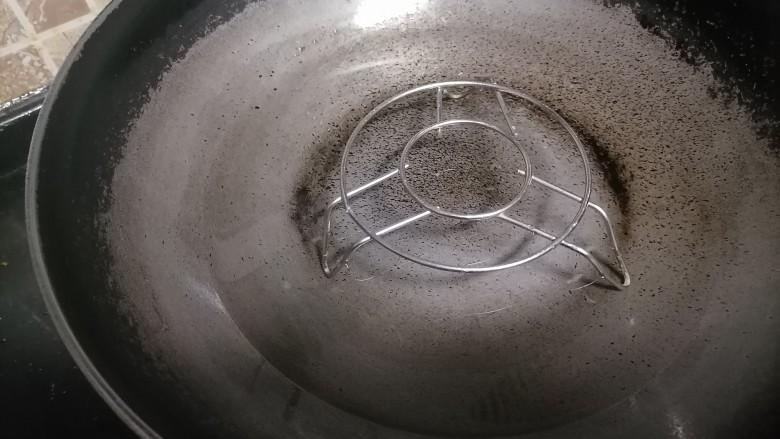 芝士焗土豆泥,锅中加水架好蒸架