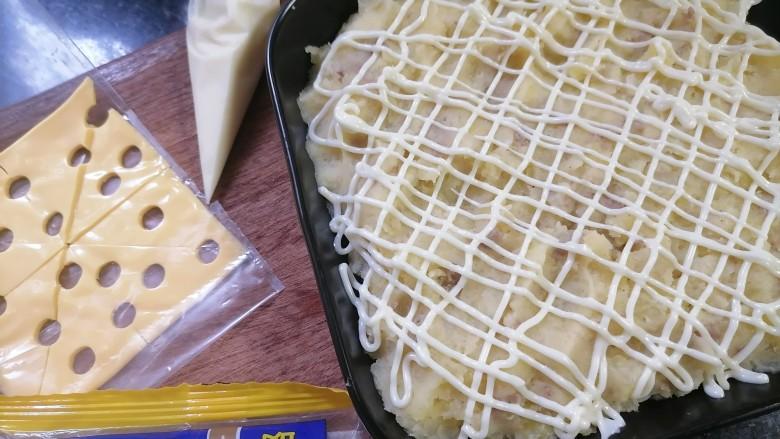 芝士焗土豆泥,装盘好的土豆泥铺上沙拉酱