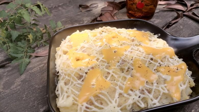 芝士焗土豆泥,最后撒上碎黑胡椒即可