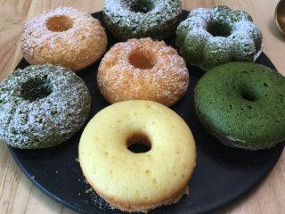 甜甜圈小蛋糕,超简单小甜品,泡牛奶后吃味道更好哦。