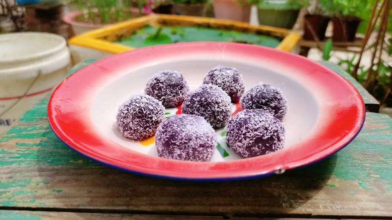 紫薯椰蓉球,可以放冰箱冷藏一会吃,冰凉爽口,还有嚼劲,又是另外一番风味了!