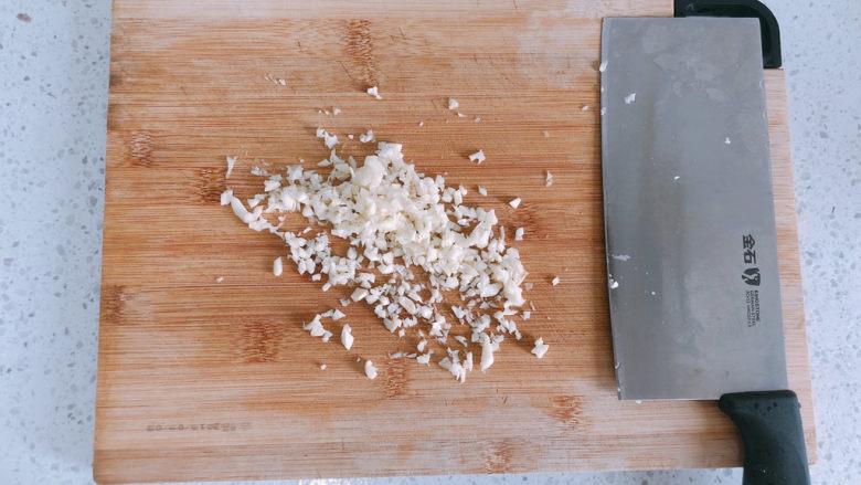 西葫芦炒虾仁,把大蒜切成蒜末备用。