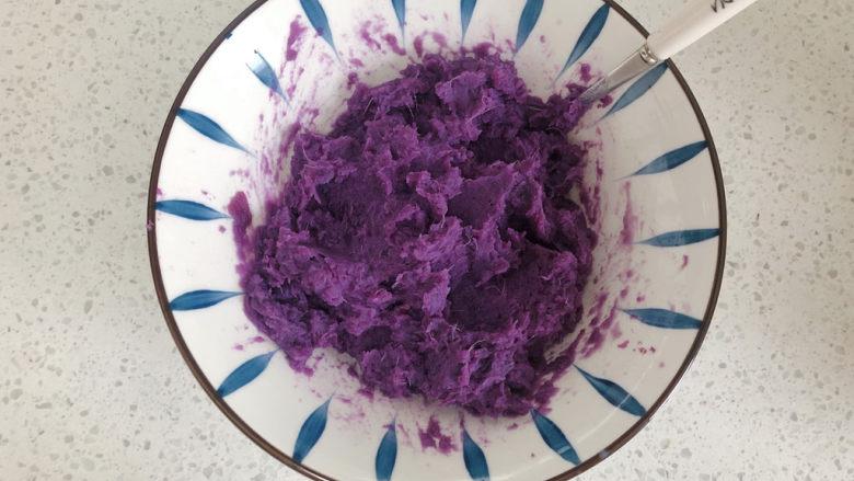 糯米紫薯糕,搅拌均匀被压成紫薯泥。