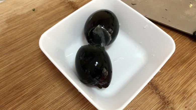 蒜蓉茄子,皮蛋剥壳洗净