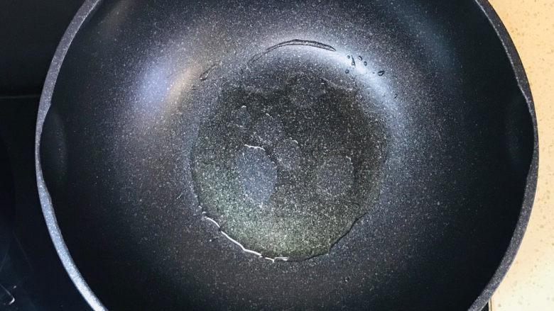 青椒炒香肠,食材准备好后,起油锅,加油烧热