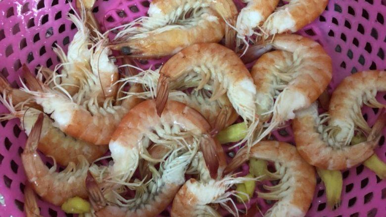 胡萝卜炒虾仁,捞起来后过一下冷水