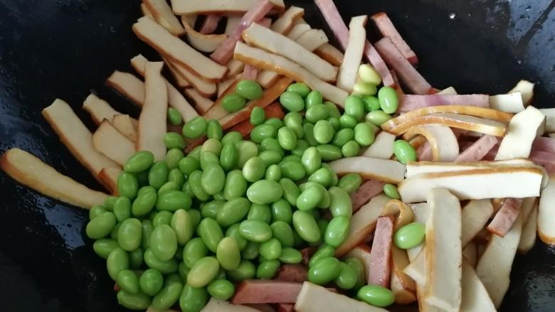 毛豆炒香干,放入毛豆。