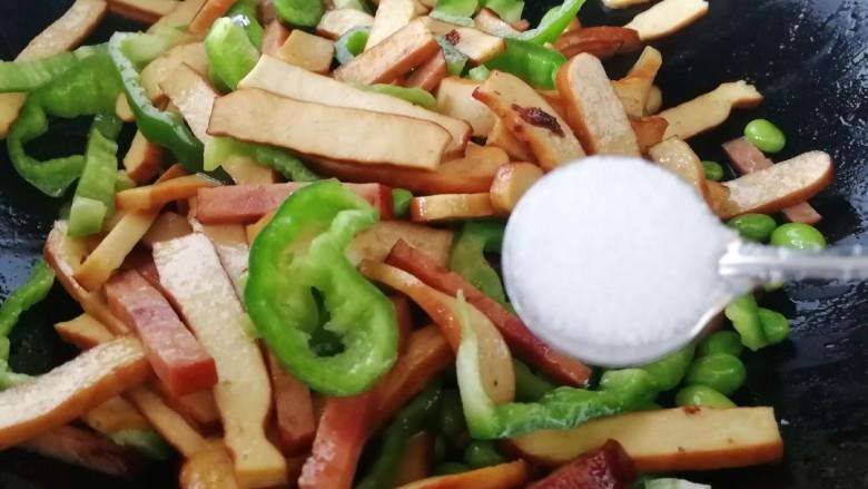 毛豆炒香干,放入一小勺盐入味。
