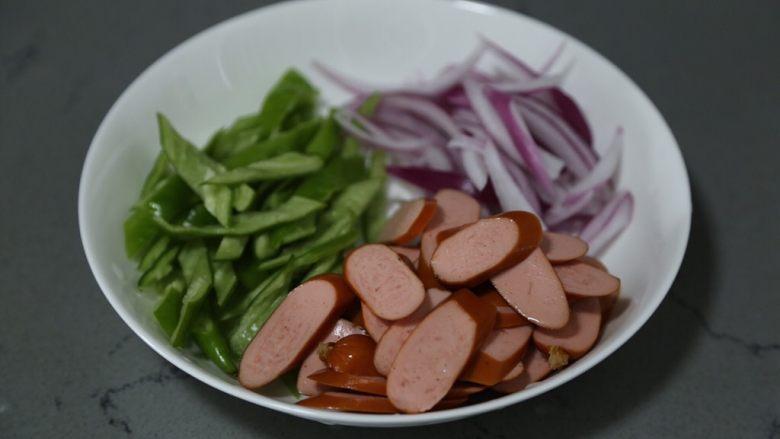 青椒炒香肠,切好的材料放入盘中待用