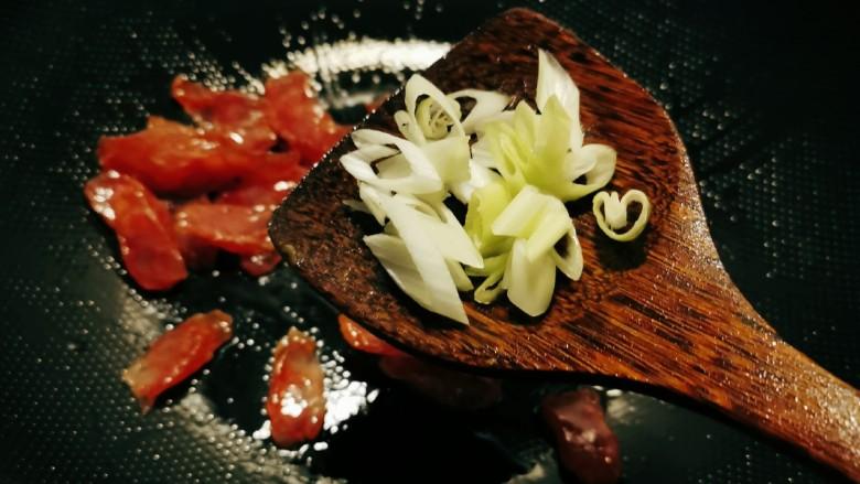 青椒炒香肠,放入葱片,增加香气。