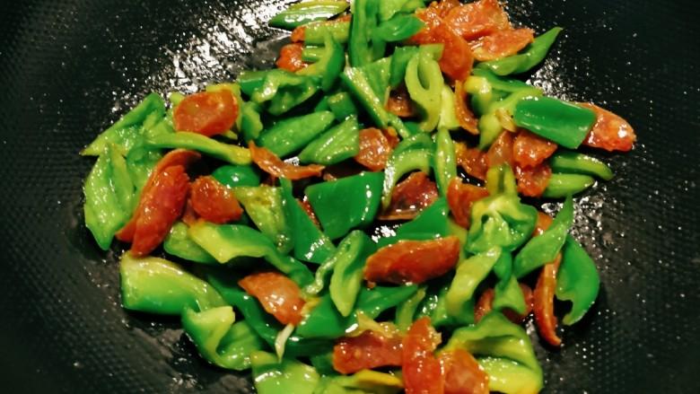 青椒炒香肠,青椒断生即可,准备关火。