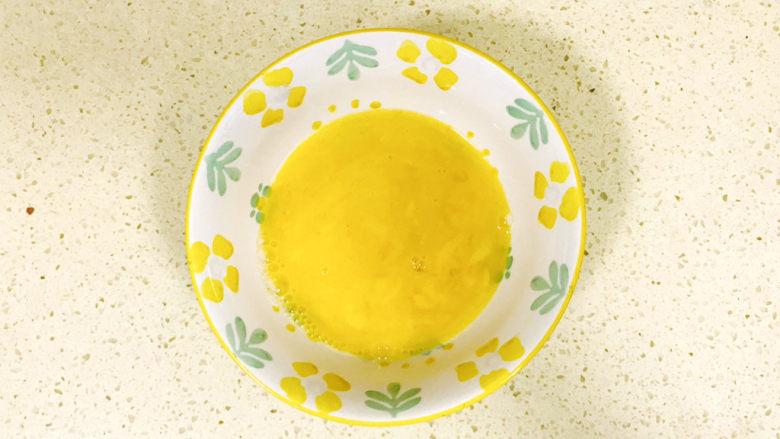 金针菇豆腐汤,<a style='color:red;display:inline-block;' href='/shicai/ 9'>鸡蛋</a>打散,加少许清水搅拌均匀