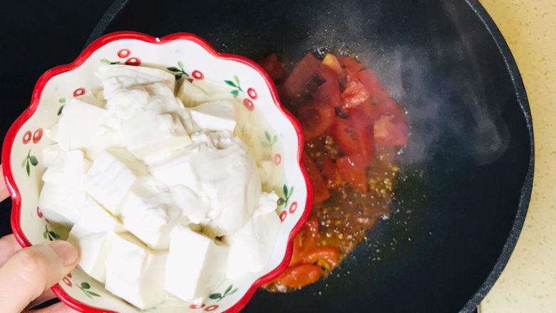 金针菇豆腐汤,加入豆腐,轻微地翻炒