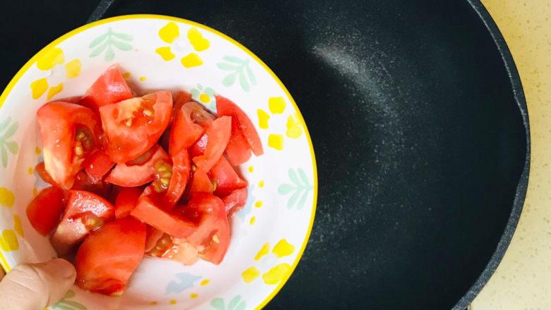 金针菇豆腐汤,全部准备就绪,起油锅,油烧热后,投入西红柿丁