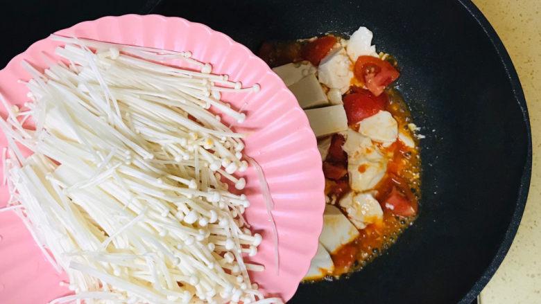 金针菇豆腐汤,加入金针菇,翻炒均匀
