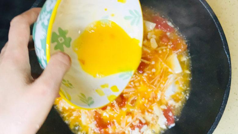 金针菇豆腐汤,均匀地淋入鸡蛋液