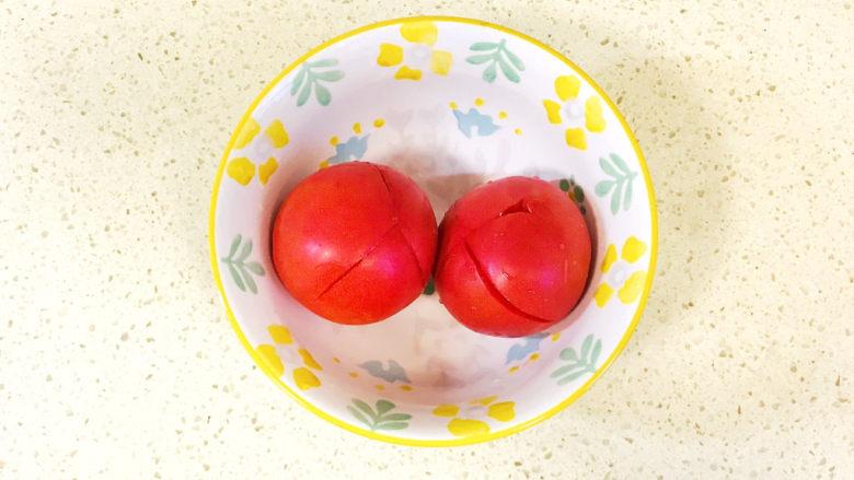 金针菇豆腐汤,先来处理一下<a style='color:red;display:inline-block;' href='/shicai/ 3551'>西红柿</a>,用刀在<a style='color:red;display:inline-block;' href='/shicai/ 3551'>西红柿</a>上切出十字花