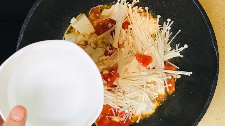 金针菇豆腐汤,加入一碗清水
