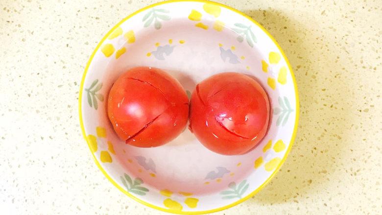 金针菇豆腐汤,浇上开水烫一下,可以轻松地去掉西红柿皮
