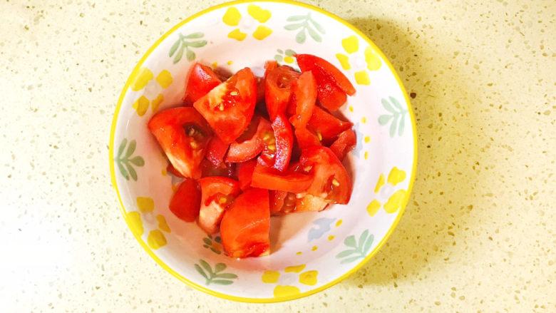 金针菇豆腐汤,将去掉皮的西红柿切成小块备用