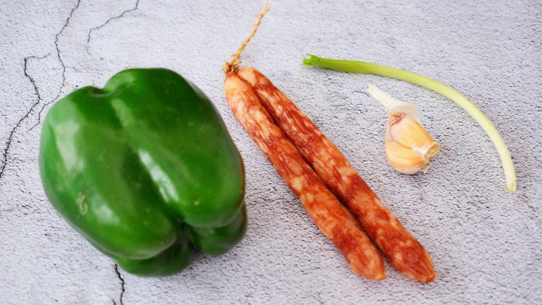 青椒炒香肠,准备好材料