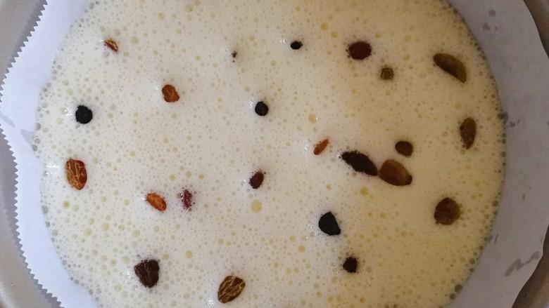 山药鸡蛋糕,把山药鸡蛋糊倒入模具,洒上葡萄干。