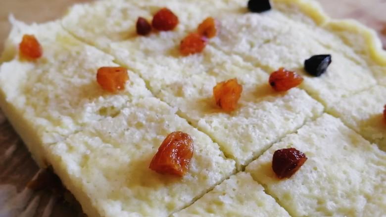 山药鸡蛋糕,好香,上面再洒点葡萄干,切块。