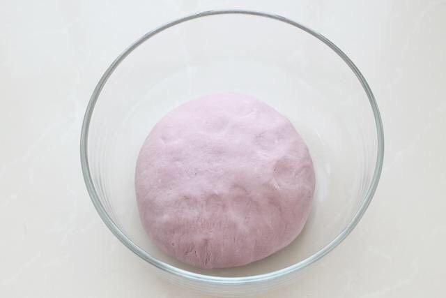 紫薯小馒头,面粉中加入<a style='color:red;display:inline-block;' href='/shicai/ 731'>酵母</a>、食用油,再倒入紫薯泥混合揉成光滑的面团。