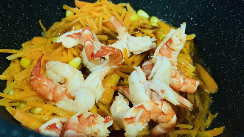 胡萝卜炒虾仁,加入鲜虾