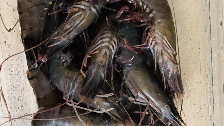 胡萝卜炒虾仁,准备鲜虾