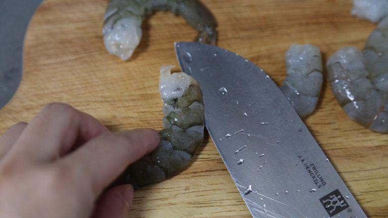 胡萝卜炒虾仁,在背部划一刀