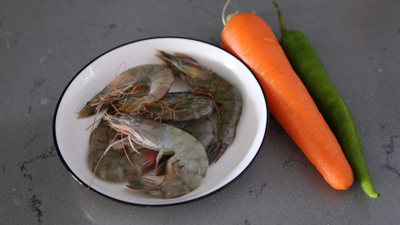 胡萝卜炒虾仁,材料准备好