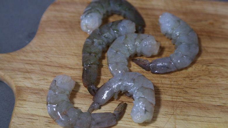 胡萝卜炒虾仁,虾剥去头和外壳去虾仁