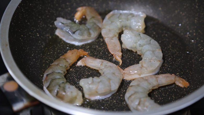 胡萝卜炒虾仁,锅里烧热油,放入虾仁煎炒