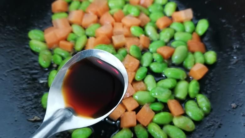胡萝卜炒虾仁,加入一勺生抽提鲜