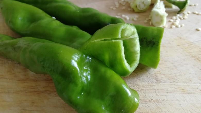 青椒炒香肠,螺丝椒洗净,去蒂去籽。