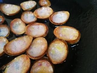 青椒炒香肠,翻面煎至两面微焦。
