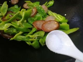 青椒炒香肠,红肠有咸味,放半小勺盐就可以,炒匀。