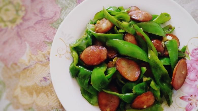 青椒炒香肠,盛盘。口感香辣脆爽,米饭杀手。