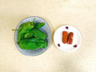 青椒炒香肠,准备好食材