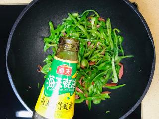青椒炒香肠,淋入蚝油提鲜